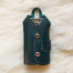 Зеленая ключница-пальто для 4 ключей.
