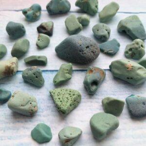 Камни морские бирюзового цвета.