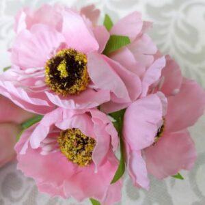 Искусственные маки розового цвета.