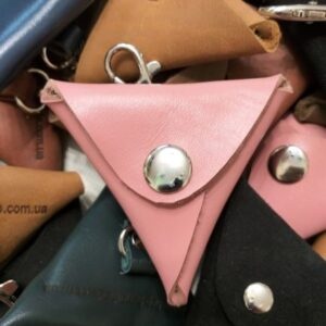 Монетница с карабином, розовая, натуральная кожа.