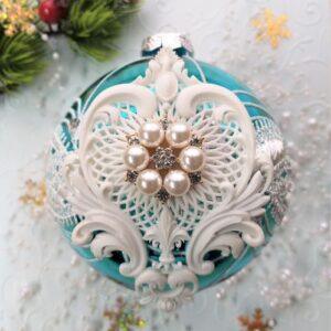Ажурный декор с жемчужной брошью для елочной игрушки