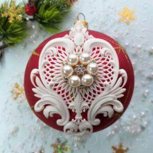 Ажурный декор с жемчужной брошью для елочной игрушки.