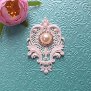 Ажурный гибкий декор в комплекте с круглой жемчужной брошью, 7,8*5,3 см.
