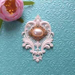 Ажурный гибкий декор в комплекте с овальной жемчужной брошью, 7,8*5,3 см.